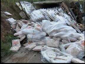 Carreta carregada de frango se desprende de caminhão e tomba - Motorista estima prejuízo de R$ 100 mil.