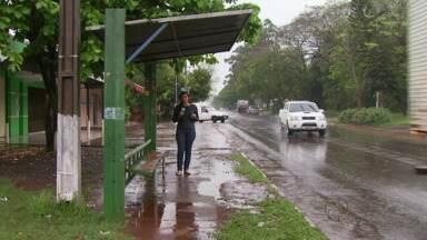 Faltam pontos de ônibus em Foz - A situação fica ainda pior em dias de chuva.