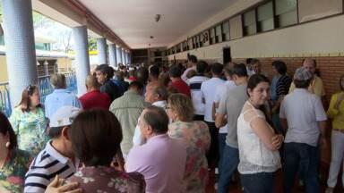 A eleição em Maringá teve filas enormes e muita demora - O maior problema registrado foi no reconhecimento da digital pelo sistema de biometria