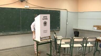 Confira como foi o dia de votação na região de Sorocaba - Um domingo de eleição tranquilo, mas marcado pela sujeira na região de Sorocaba (SP). Os papeis de campanha espalhados pelos locais de votação foram o assunto entre os eleitores. Mesmo assim, teve gente que saiu cedo de casa para garantir o voto. E poucos minutos após as 17h deste domingo (5), os primeiros resultados já começaram a ser somados nos cartórios eleitorais.