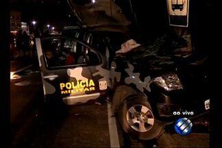 Acidente com viatura deixa três policiais feridos em Belém - Um dos PMs ficou preso às ferragens e foi resgatado pelos bombeiros