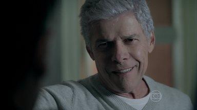 Cláudio encontra Téo escondido em armário na casa de Leonardo - Blogueiro se esconde após tentar arrancar informações do ator