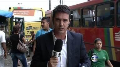 Funcionários do metrô do recife entram em greve - A manhã começou complicada para os trabalhadores do Recife. Os funcionários não pedem aumento, mas policiamento nas estações e vagões, pois alegam que estão ocorrendo muitos furtos na região.