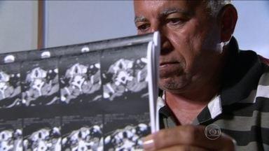 Mais de 300 pessoas estão na fila para iniciar a radioterapia no Rio de Janeiro - A espera costuma levar dez meses. Falta equipamento na rede pública de saúde. A solução encontrada foi mandar os pacientes para fazer o tratamento contra o câncer em outro estado, a quase 200 quilômetros de distância.