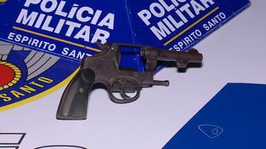 Polícia encontra adolescente armado dentro de ônibus na Serra, ES - Jovem de 17 anos foi abordado no Terminal Rodoviário de Carapina. Um revólver calibre 32 foi apreendido.