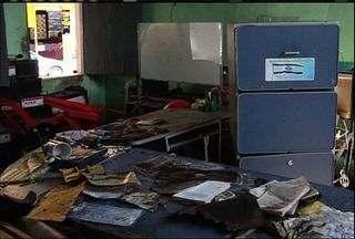 Curto-circuito pode ter sido a causa de um incêndio em uma residência de Juazeiro do Norte - Imóvel ficou parcialmente destruído.