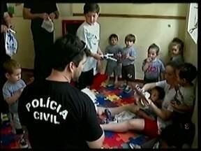 Crianças recebem presentes em creches de Tubarão - Crianças recebem presentes em creches de Tubarão