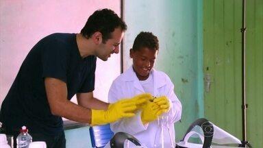Cientista faz experimentos curiosos para turma do interior de Alagoas - Iberê mostrou que é possível se divertir aprendendo