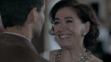 Maria Marta janta com Maurílio - Enrico fica curioso e quer saber quem é o novo acompanhante da mulher do comendador