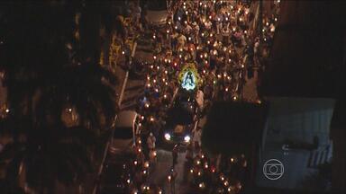 Católicos festejam o dia de Nossa Senhora Aparecida, no Recife - Festa da padroeira do Brasil teve programação especial, com direito a procissão.