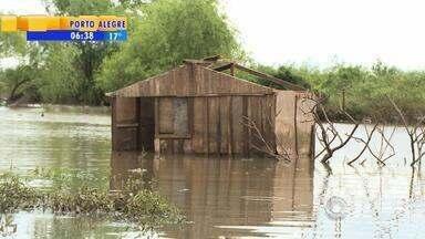 Rio Uruguai segue nove metros acima do normal - Em Uruguaiana, RS, 200 pessoas continuam desalojadas. O rio está baixando e agora o lixo aparece.