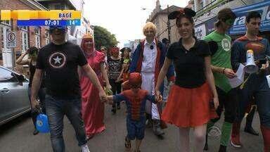 Super-heróis invadem Santa Maria, RS, em marcha no Dia das Crianças - A ideia era mostrar para as crianças que todos podem ser heróis.