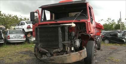 Carro bate de frente com caminhão na BR 230, na Paraíba - O motorista do carro, de 36 anos, morreu no acidente.
