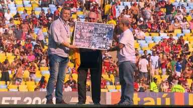 Ídolo de Cruzeiro e Flamengo é homenageado em jogo no Maracanã - Time mineiro foi ao Rio para enfrentar o Flamengo.