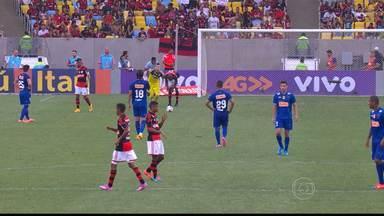 Flamengo goleia o Cruzeiro em jogo no Maracanã - Defesa do time mineiro errou muito.