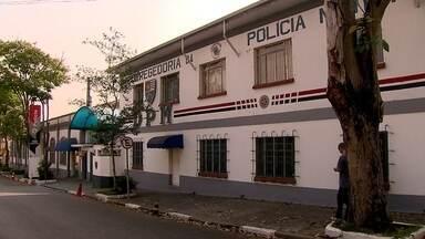 Corregedoria ouve PMs suspeitos de agredir um rapaz em um bar em Mauá - A corregedoria da Polícia Militar ouviu os oito policiais suspeitos de agredir Rafael Caetano. Parentes disseram que os PMs brigaram com o rapaz e o jogaram de uma altura de cinco metros. Rafael morreu três dias depois.