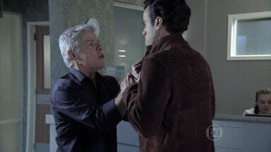 Cláudio e Enrico quase trocam socos enquanto esperam por notícias de Beatriz - Cerimonialista e filho se estranham na entrada da UTI do hospital