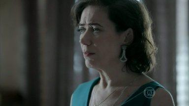 Marta fica intrigada com ausência de Zé Alfredo logo pela manhã - Esposa do Comendador afirma para Silviano que nem tudo voltou ao normal