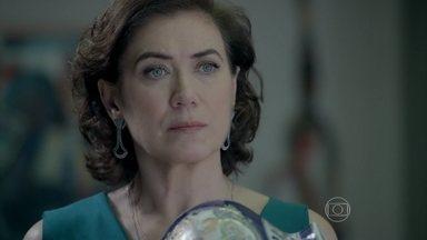 Maria Marta aceita a sugestão de Maria Clara, mas impõe uma condição - A madame diz que só topa a proposta se o Comendador também convidar Maria Isis