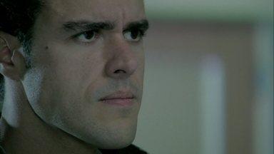 Enrico culpa Cláudio pelo acidente de Beatriz - Pai e filho se enfrentam na sala de espera do hospital onde a vítima está internada