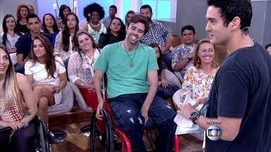 Velejador mostra calça adaptada para cadeirantes - Bruno é paratleta e desfila para estilista de moda inclusiva