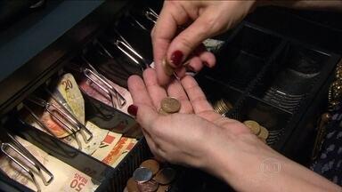 Comerciantes reclamam do sumiço do troco no mercado - O Banco Central - que faz as encomendas à Casa da Moeda - informou que reduziu os pedidos por causa de uma contenção no orçamento, e que isso não trouxe prejuízo para o volume de dinheiro em circulação.