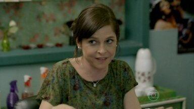 Cora tenta convencer Cristina a ir ao casamento de Maria Clara - A designer conta para Marta que enviou um convite para Cristina