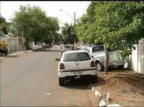 Motoristas ignoram leis de trânsito e estacionam os carros nas calçadas em Gurupi - Motoristas ignoram leis de trânsito e estacionam os carros nas calçadas em Gurupi