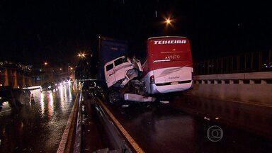 Acidente entre carreta e ônibus deixa feridos em Contagem, na Grande BH - Batida foi na Avenida Cardeal Eugênio Pacelli.