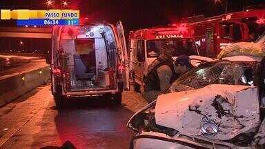 Criança morre após acidente na Rodovia do Parque - O motorista de um dos carros envolvidos teria trafegado 5km na contramão antes de bater.