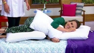 Entenda qual é a forma correta de dormir - O travesseiro no meio das pernas ajuda a manter a postura correta. Abraçar outro travesseiro também dá suporte aos braços e ombros.