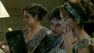 Cristina sente compaixão por Maria Clara - Cora não perde a oportunidade de destilar seu veneno e preconceito a ler matéria sobre escândalo envolvendo Enrico