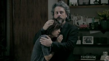 Zé Alfredo promete encontrar Enrico - Comendador consola Maria Clara e liga para Cláudio. João Lucas e José Pedro tentam localizar o noivo, que corre pela praia completamente fora de si