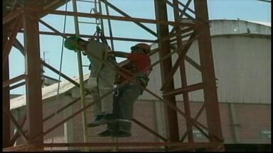 Simulação de incêndio mobiliza centenas em Alegrete, RS - Em um dia, equipes simularam três tipos de acidentes.