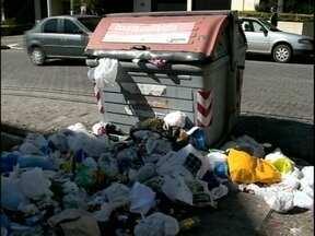 Funcionários que fazem o recolhimento de lixo em Pelotas voltam a trabalhar - Eles fizeram uma manifestação pelas condições de trabalho que convivem diariamente