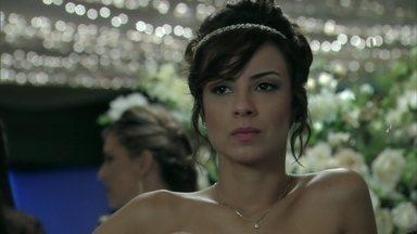 Maria Clara torce para que Enrico sofra - Beatriz conta para a designer que Cláudio demitiu o filho do restaurante