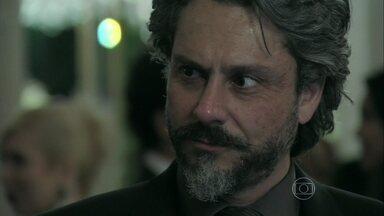 José Alfredo convida Cristina para dançar - Jovem pergunta se convite na verdade é uma ordem