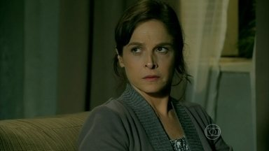 Cristina questiona Cora sobre namoro de sua mãe com Zé Alfredo - Ela conta que o comendador acusou Cora de ser a responsável pela separação dele e Eliane