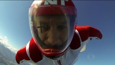 """""""Luigi Cani, o homem pássaro"""": Atleta sobrevoa Ilha Grande, no Rio de Janeiro - """"Voador"""" desfruta do belo cenário e encara mais um desafio."""