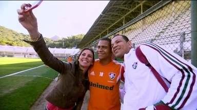 ''Partiu Glenda'': tricolor conhece seus ídolos e ganha camisa autografada com seu nome - Rogério Souza é presenteado com a carteirinha do clube e tira fotos com jogadores.