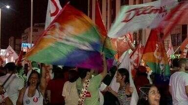 Eleitores comemoram vitória de Dilma com festa em Vitória - Dezenas de eleitores comemoraram o resultado das eleições em Camburi.