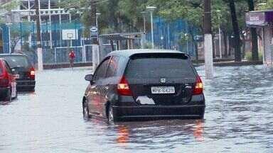 Forte chuva alaga ruas de Vitória - Moradores contaram que há vários pontos intransitáveis. Incaper emitiu 'estado de atenção' sobre a forte chuva, na sexta-feira.