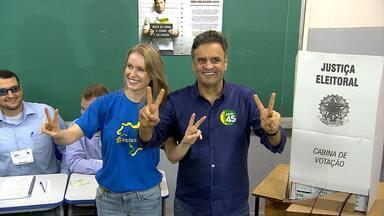 Aécio Neves (PSDB) vota em Belo Horizonte acompanhado da mulher - À noite, ele comentou a derrota para a presidente Dilma Rousseff.