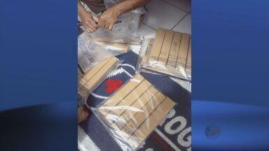 Policiais usam balança de farmácia para pesar droga apreendida em Elói Mendes - Policiais usam balança de farmácia para pesar droga apreendida em Elói Mendes