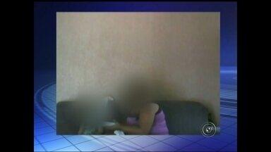 Babá nega em depoimento que teria agredido criança em Ilha Solteira - A polícia de Ilha Solteira (SP) ouviu na tarde desta segunda-feira (27) a babá investigada por supostamente agredir uma criança de um ano e cinco meses. O caso foi divulgado na semana passada e esta foi a primeira vez que ela foi ouvida. Segundo o delegado Miguel Ângelo Micas, a babá negou as acusações de que teria agredido a menina.