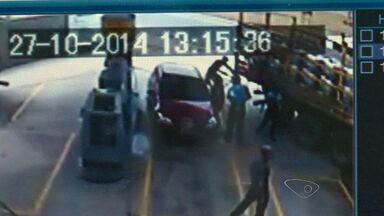 Após troca de tiros, suspeitos de assaltar posto de combustível são detidos, no ES - Estabelecimento fica localizado na Serra. Um dos rapazes ficou ferido. Ação foi gravada pelas câmeras de segurança.