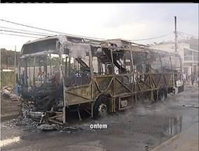 Ataques de traficantes mudam a rotina dos moradores de Cabo Frio, no RJ - Empresa de transporte deixa a cidade sem serviço após queima de ônibus.Escolas e servidores públicos passaram o dia fechadas.