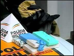 Cinco quilos de pasta base de cocaína são apreendidos em Araxá - Droga estava em ônibus que seguia de São Paulo para o Norte de MG. Jovem que carregava ficou nervoso e policiais desconfiaram.