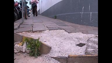 Buracos, mato e falta de calçadas causam transtornos em Santa Maria, RS - Os pedestres precisam ter atenção.