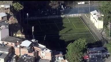Bandidos atiram contra campo de futebol na Zona Norte do Rio - Uma pessoa foi morta e três ficaram feridas; entre elas uma criança de 5 anos. Depois do tiroteio, dois ônibus foram incendiados. O policiamento foi reforçado na região.